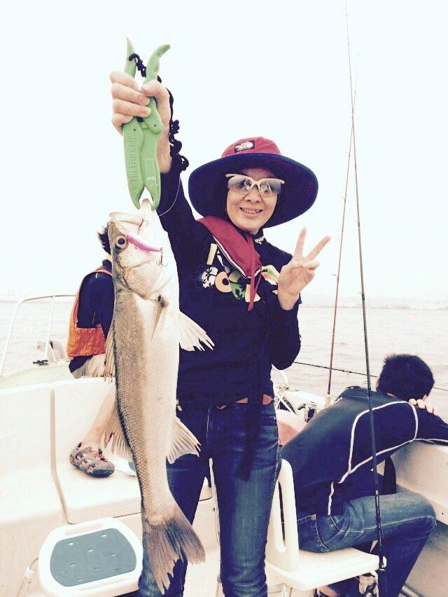 栄太郎さんの投稿画像,写っている魚はスズキ
