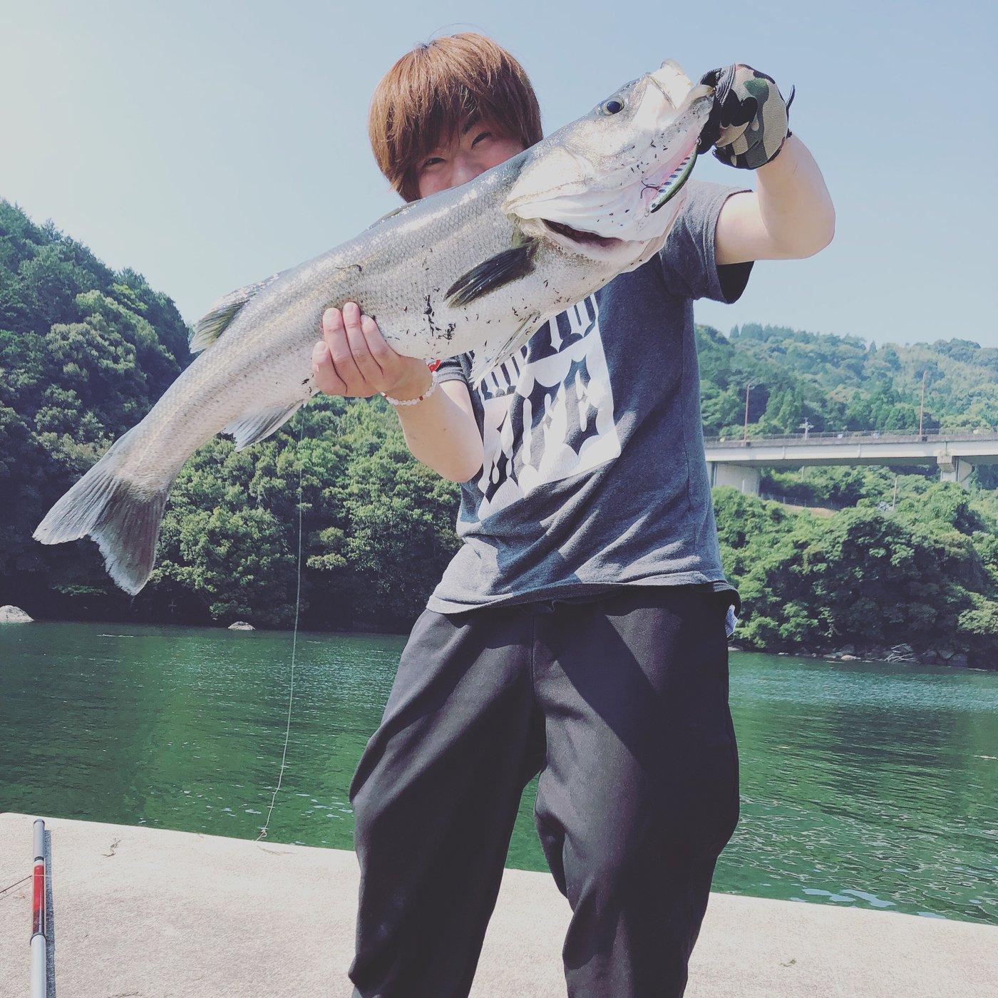 海渡さんの投稿画像,写っている魚はスズキ