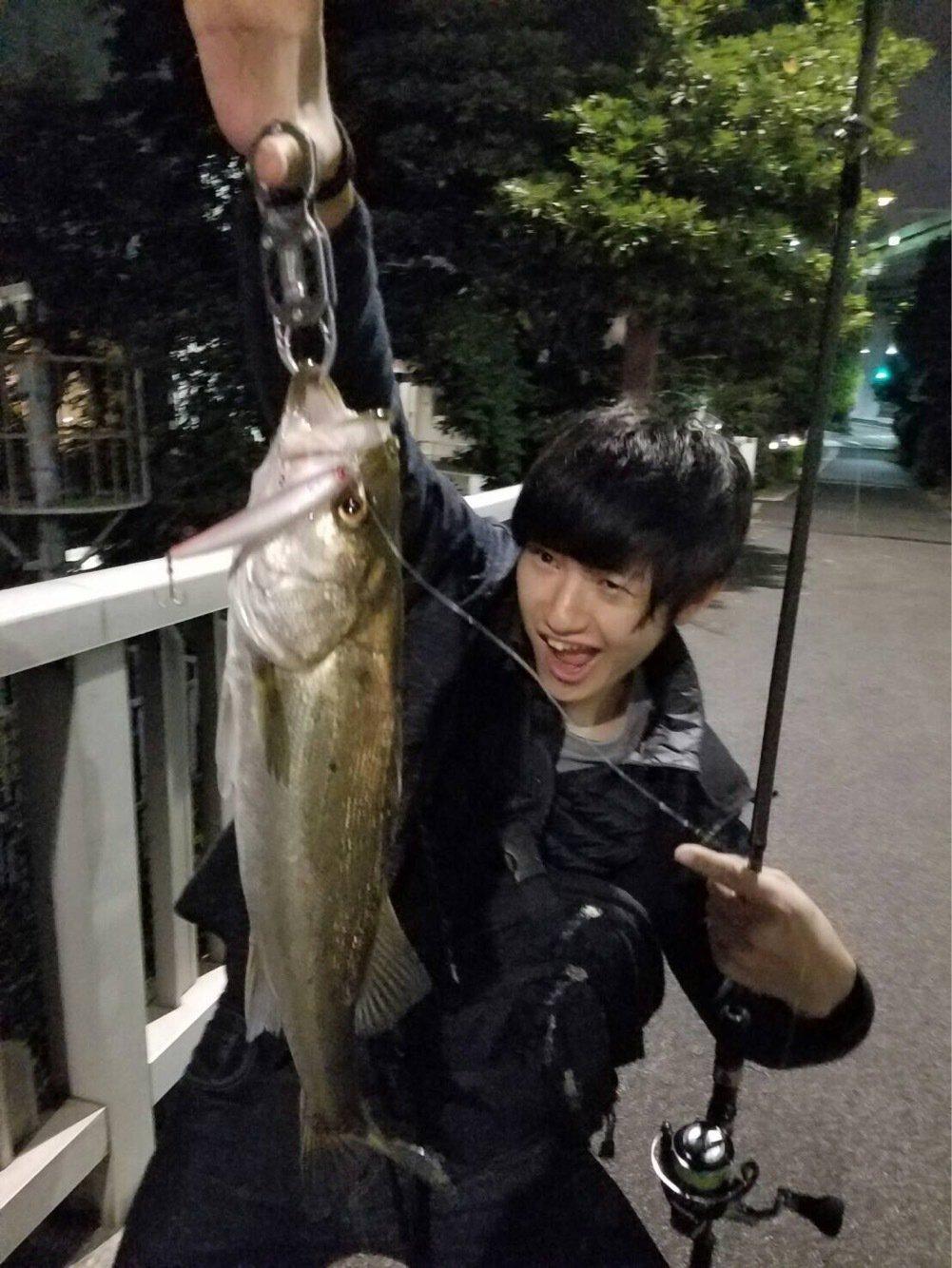山中貴義さんの投稿画像,写っている魚はスズキ