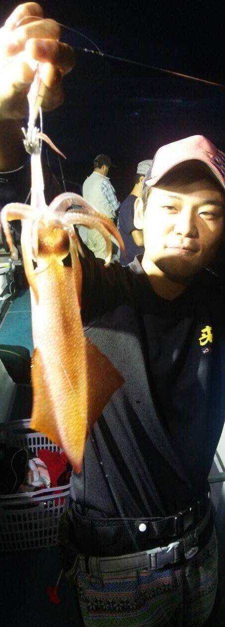 奥山 賢祐さんの投稿画像,写っている魚はケンサキイカ
